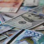 В июле казахстанцы активно закупали доллары и евро. Статистика